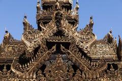 Dettaglio di un tempio di legno con le belle sculture in Bagan fotografia stock libera da diritti