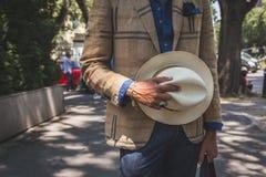 Dettaglio di un uomo fuori della costruzione della sfilata di moda di Armani per Milano m. Fotografie Stock