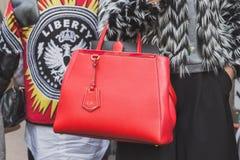 Dettaglio di una borsa fuori della costruzione della sfilata di moda di Cavalli per la settimana 2015 del modo di Milan Men Fotografia Stock