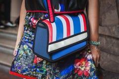 Dettaglio di una borsa fuori delle sfilate di moda di Byblos che costruiscono per la settimana 2014 del modo di Milan Women Fotografia Stock Libera da Diritti