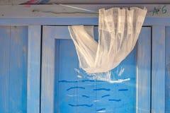 Dettaglio di una cabina della spiaggia con ingranare bianco fotografia stock libera da diritti
