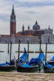Dettaglio di una costruzione storica a Venezia con le gondole nella F Immagini Stock