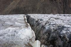 Dettaglio di una crepa o di un crepaccio bianca profonda in un ghiacciaio fotografia stock libera da diritti