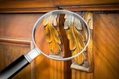 Dettaglio di una mobilia italiana di legno antica ristabilita appena con fotografia stock