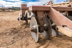 Dettaglio di una parte fondamentale dell'aratro di un trattore da piantare fotografia stock libera da diritti