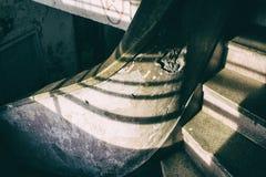 Dettaglio di una scala a chiocciola di calcestruzzo incrinata d'annata in una costruzione rovinata Immagini Stock Libere da Diritti
