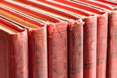 Dettaglio di vecchi libri su uno scaffale per libri Immagine Stock