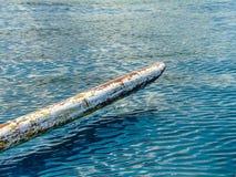 Dettaglio di vecchia barca di bambù tipica di balinese nell'oceano Fotografie Stock