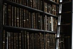 Dettaglio di vecchia biblioteca classica fotografia stock libera da diritti