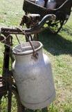 Dettaglio di vecchia bicicletta con la scatola metallica di alluminio del latte Fotografia Stock