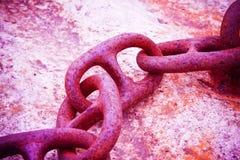 Dettaglio di vecchia catena arrugginita del metallo ancorata ad un blocco in calcestruzzo Fotografia Stock