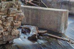 Dettaglio di vecchia diga del fiume Fotografie Stock Libere da Diritti