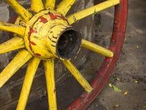 Dettaglio di vecchia ruota di vagone con l'orlo del metallo nel rosso Immagini Stock