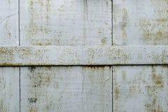 Dettaglio di vecchie porte del metallo di rinforzo con le bande d'acciaio Fotografia Stock