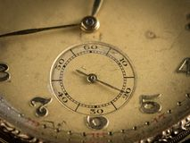Dettaglio di vecchio orologio da tasca dorato fotografia stock libera da diritti