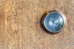 Dettaglio di vecchio spioncino della lente sul fondo di legno della porta Immagini Stock Libere da Diritti