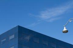 Dettaglio di vetro dell'edificio per uffici della città con cielo blu Immagini Stock