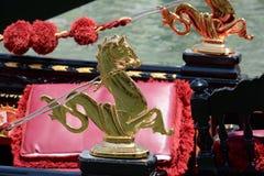Dettaglio dorato della cavallo-gondola Fotografie Stock
