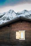 Dettaglio e montagne alpini della capanna con neve Immagine Stock Libera da Diritti