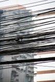 Dettaglio elettrico dei cavi con costruzione corporativa moderna sulla parte posteriore fotografie stock