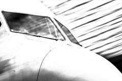 Dettaglio esteriore della cabina di pilotaggio commerciale dell'aeroplano nell'immagine del b&w con i colpi di luce che penetrano immagini stock libere da diritti