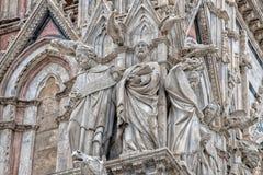 Dettaglio esterno di vista della cattedrale della cupola di Siena della statua Fotografia Stock Libera da Diritti