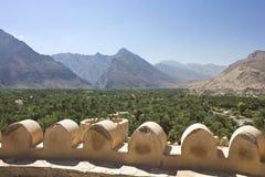 Dettaglio forte del castello di Nizwa ed il paesaggio, Oman Immagini Stock Libere da Diritti