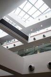 Dettaglio interno di costruzione moderna con le finestre di vetro Fotografie Stock
