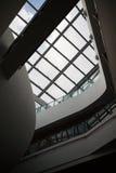 Dettaglio interno di costruzione moderna con le finestre di vetro Fotografia Stock Libera da Diritti