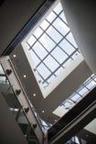 Dettaglio interno di costruzione moderna con le finestre di vetro Immagini Stock