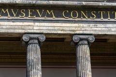 Dettaglio ionico di architettura delle colonne davanti al museo di Altes, Berlino fotografia stock