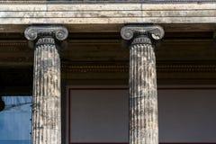 Dettaglio ionico di architettura delle colonne davanti al museo di Altes, Berlino fotografia stock libera da diritti