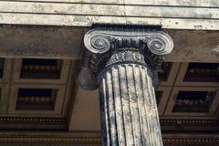 Dettaglio ionico di architettura delle colonne davanti al museo di Altes, Berlino immagini stock