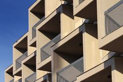 Dettaglio moderno del balcone della costruzione contro cielo blu Fotografie Stock