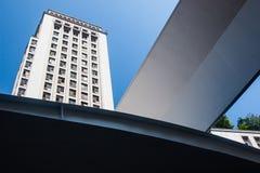 Dettaglio moderno della struttura davanti ad una costruzione di affari Immagini Stock Libere da Diritti