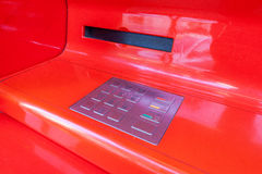 Dettaglio rosso della macchina di BANCOMAT fotografie stock