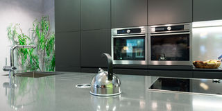 Dettaglio sopra il piatto del lavoro della cucina moderna Fotografia Stock