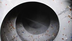 Dettaglio a spirale girante con la carta straccia e vapore nella pianta video d archivio