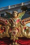 Dettaglio variopinto delle sculture sul carosello al tramonto nella città di Firenze fotografie stock