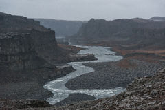 dettifoss冰岛瀑布 河和岩石 山在背景中 库存照片