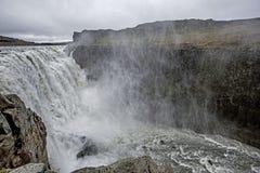 Dettifoss är en vattenfall i den Vatnajökull nationalparken i nordostliga Island och är beryktad att vara den kraftigaste vatten Royaltyfri Fotografi