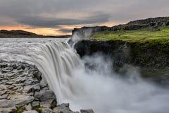 Dettifoss é uma cachoeira no parque nacional de Vatnajokull em Islândia, e é a cachoeira a mais poderosa em Europa fotos de stock