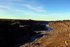 dettifoss Ισλανδία Βράχοι, άγριοι ποταμός και μπλε ουρανός Στοκ Εικόνες