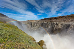Водопад Dettifoss в Исландии под голубым небом лета Стоковые Фотографии RF