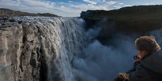 Dettifoss vattenfall med fotografen Arkivbilder