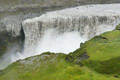 Dettifoss vattenfall med ljust - grönt gräs, Island arkivfoton