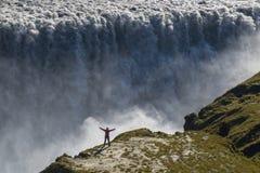 Dettifoss vattenfall och person för proportionalitet royaltyfri fotografi