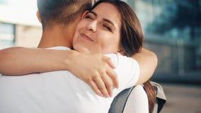 Detväntade på mötet på flygplatsen som älskar par Älska och krama sig Möte av två älska personer långsamt stock video