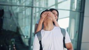 Detväntade på mötet på flygplatsen som älskar par Älska och krama sig Möte av två älska personer långsamt arkivfilmer