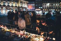Deuil dans des habitants de Strasbourg rendant hommage à la place kilolitre de victimes photo libre de droits